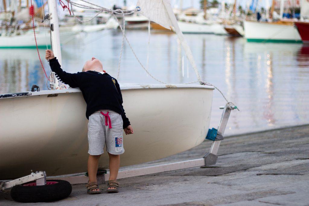 seance-enfant-voilier-emilielherondel-photographe-alpesmaritimes