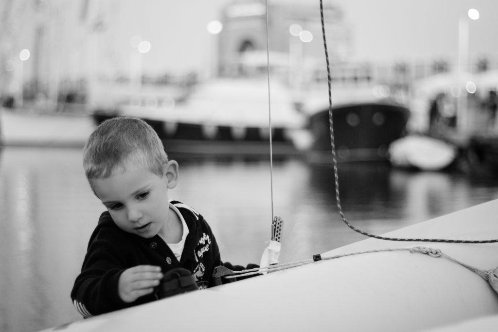 seance-enfant-voilier-emilielherondel-photographe-lifestyle-alpesmaritimes