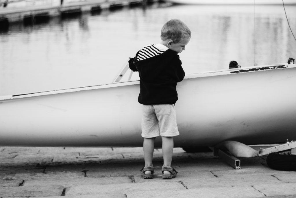 seance-photo-lifestyle-enfant-voilier-emilielherondel-photographe-alpesmaritimes
